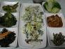 미역 소스로 만든 새싹삼 샐러드